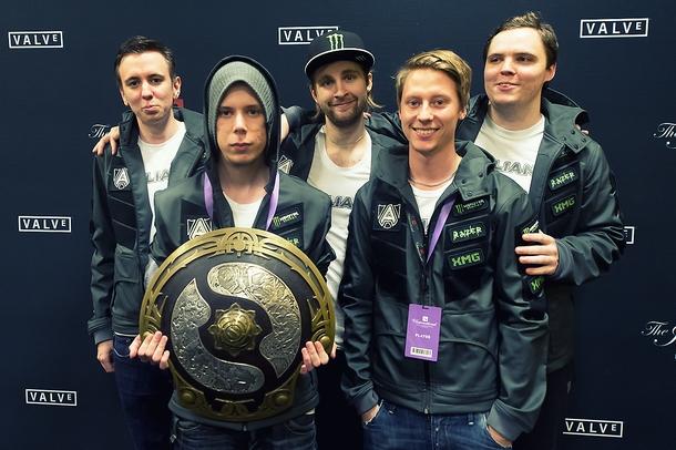 «Золотой» состав Alliance с трофеем TI3   Источник: dota2.com