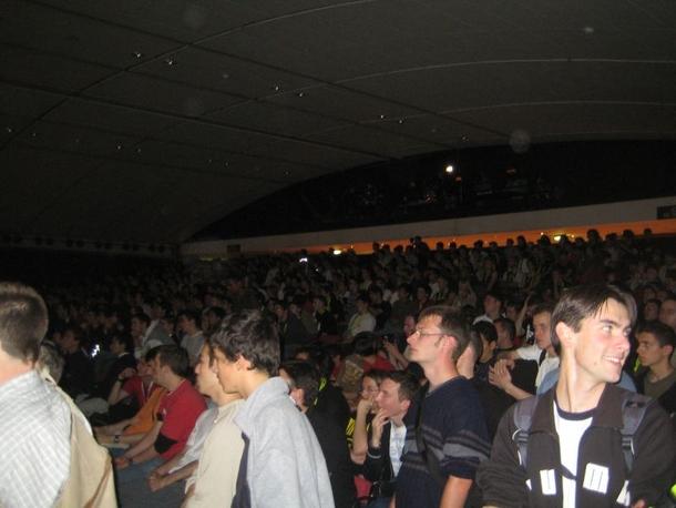 ESWC 2005. За игрой следит огромная толпа, но это матч по CS. Автор этой фотографии, некто dVo с сайта ESReality, замечает, что CS на турнире смотрело гораздо больше зрителей, «чем Quake 3 и Unreal Tournament вместе взятые»
