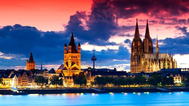 Вид на Кёльнский собор поздним вечером.