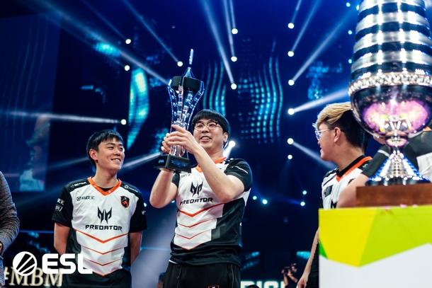 March с трофеем лучшего игрока турнира. Фото: ESL