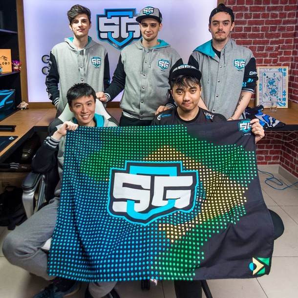 SG e-sports на отборочных к The International 2018. В верхнем ряду 4dr, Liposa и Costabile, в нижнем — Stan King и FrancisLee