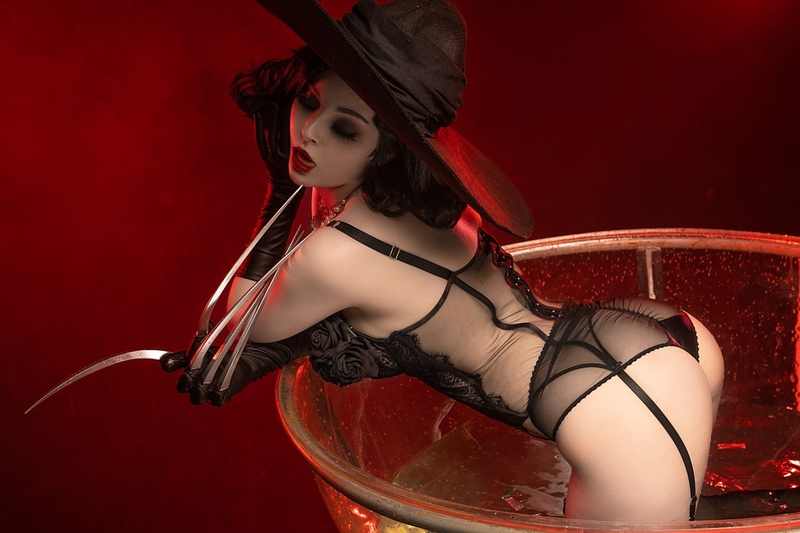 Эротический косплей на Леди Димитреску из игры Resident Evil Village. Косплеер: Helly Valentine. Фотограф: @akunohako. Источник: vk.com/hellyvalentine_cosplay