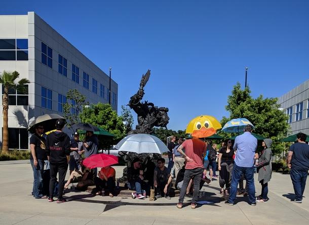 Сотрудники Blizzard на акции протеста Источник: reddit u/Standingwhk
