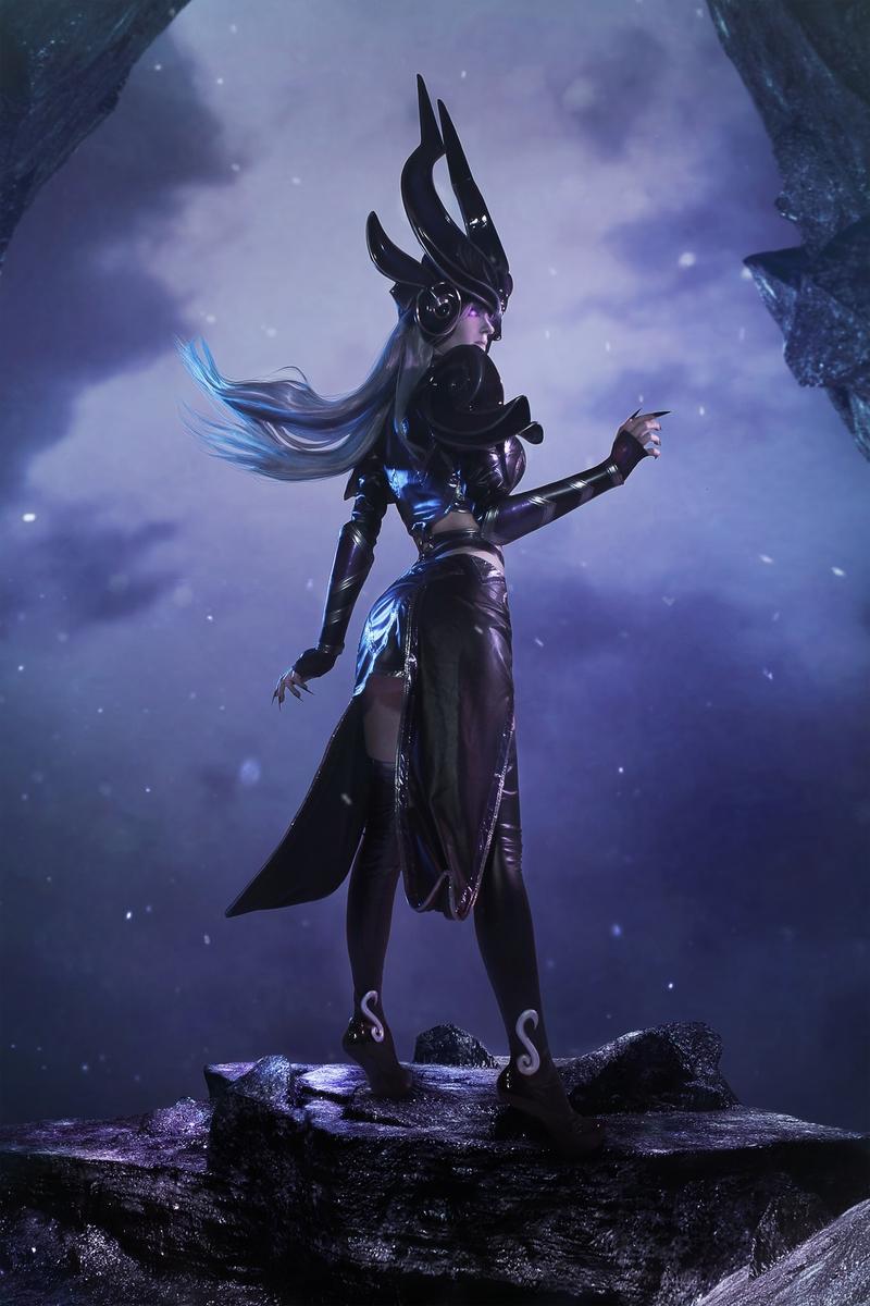 Косплей на Syndra из League of Legends. Косплеер: Настя Где Варды. Фотограф: ALICEYURIC. Источник фото: vk.com/nastya_ward