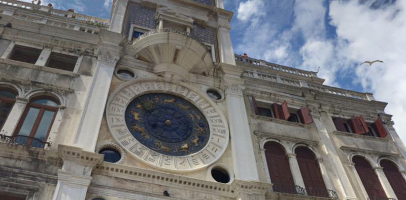 Фасад часовой башни в Венеции