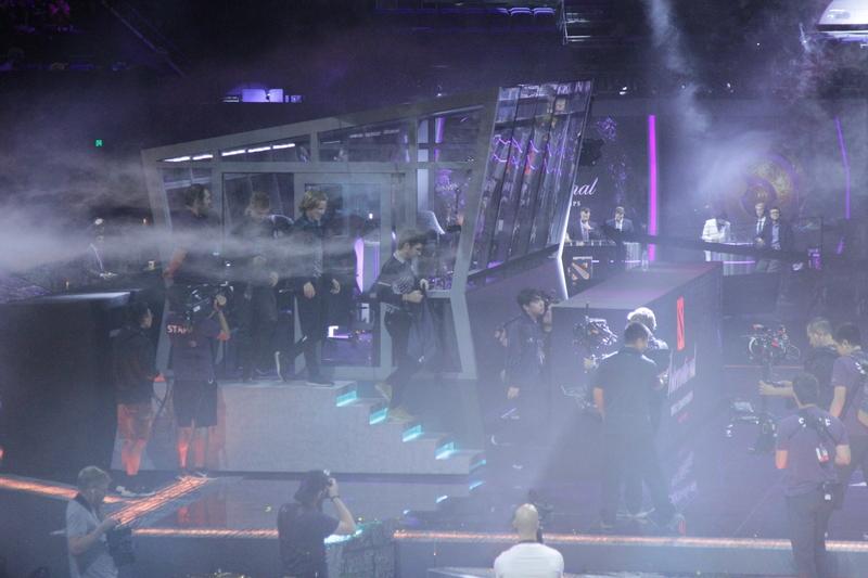 Игроки OG выходят из кабинки после победы на The International 2019