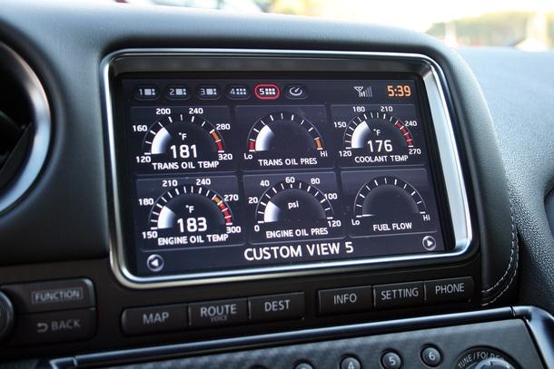 Интерфейс бортового компьютера Nissan GT-R R35, разработанный Polyphony. Водитель может выводить на экран массу параметров, начиная от давления и температуры масла и заканчивая боковыми перегрузками