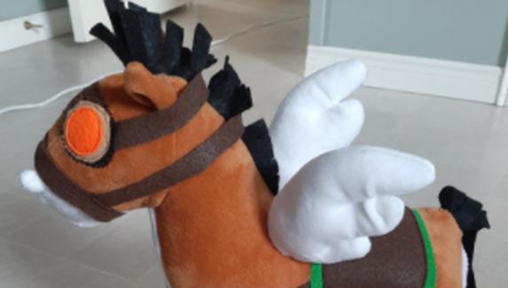 Фанатка Dota 2 сделала игрушку в виде курьера сил Света