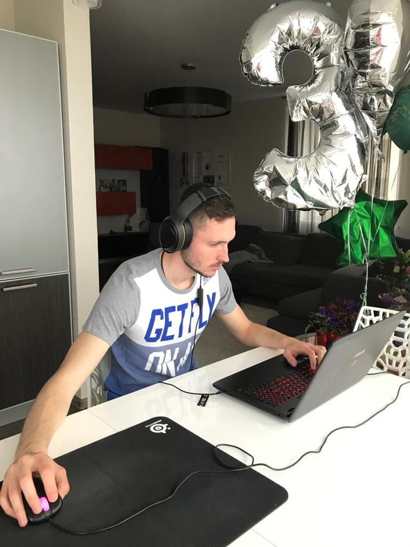 Никита Чернов играет в CS:GO