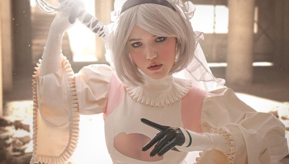 2B в откровенном свадебном платье — косплей на персонажа NieR: Automata