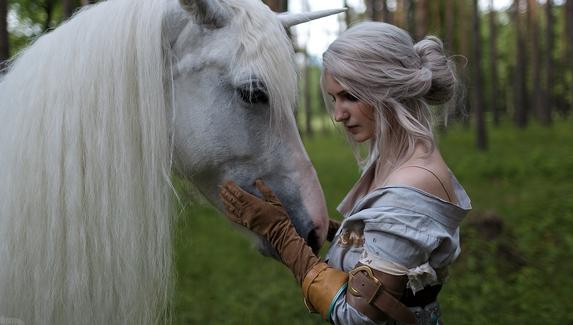 Цири и единорог — косплей на героиню «Ведьмака»