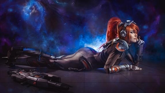 Роковая вдова в образе Сары Керриган — косплей на персонажа Overwatch