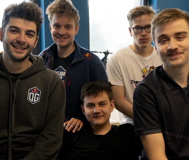 Игроки OG и iLTW на буткемпе. Фото из твиттера команды