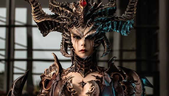 Жуткая королева суккубов — косплей на Lilith из Diablo IV