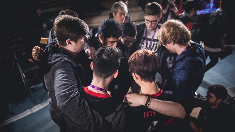 Mossfi huddling before a Worlds 2017 match. Photo by: Riot Games