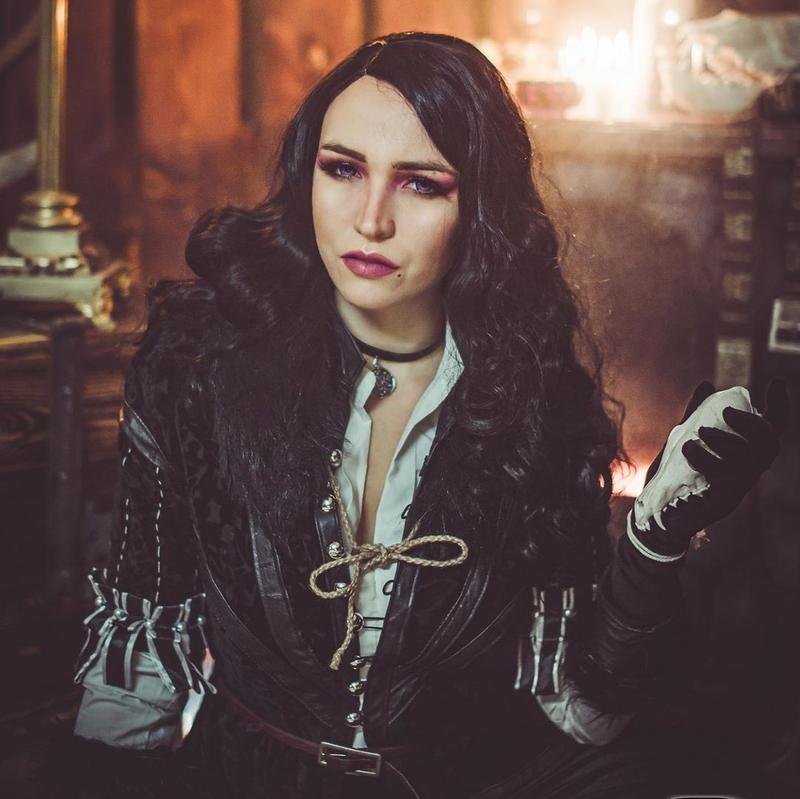 Косплей на Йеннифэр из Венгерберга. Фэндом: The Witcher. Фотограф: ivandelirium. Косплеер: Freya Veles. Источник: instagram.com/freya_veles
