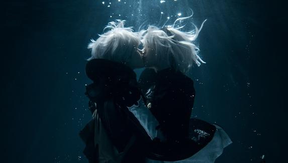 Поцелуи под водой — необычный косплей на 2B и 9S из NieR: Automata
