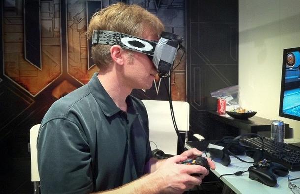 2013 год: Кармак в очках виртуальной реальности собственного изготовления.