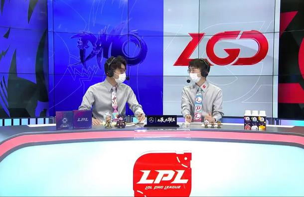 Ведущие LPL по League of Legends в медицинских масках. Фото: LPL