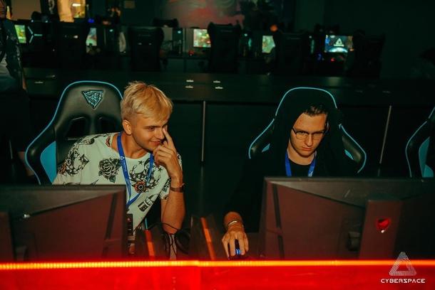 Андрей kom4rt Иванчиков (справа)