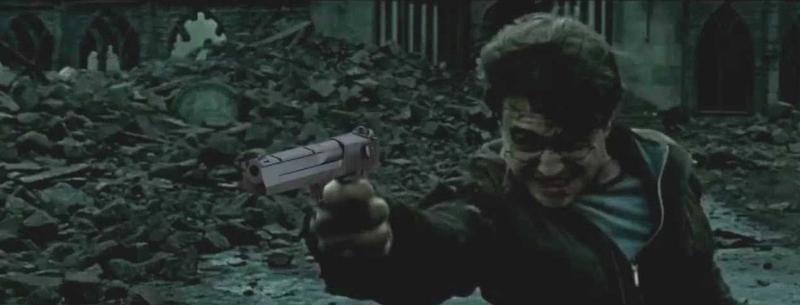Гарри Поттер стреляет в Волан-де-Морта