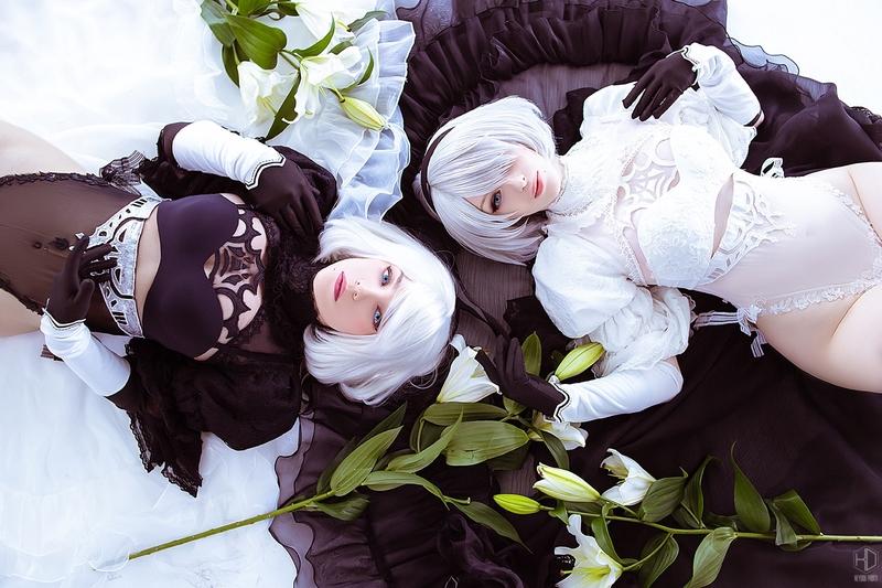 Косплей на 2B из NieR: Automata в черном костюме и белом свадебном платье. Косплеер 2B в черном: Zoe Volf. Косплеер 2B в белом: Lady Melamori. Фотограф: KeyDou. Источник: vk.com/keydou