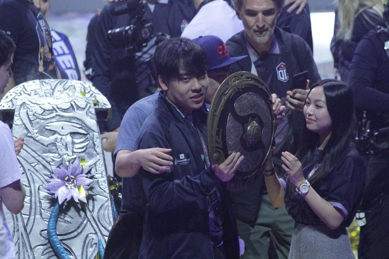 Ana держит Aegis of Champions