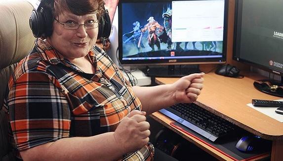 60-летняя стримерша Баба Аня рассказала про CS:GO, «дэбчик» и троллей. «У меня четыре глаза, а пятый — прицел AWP»