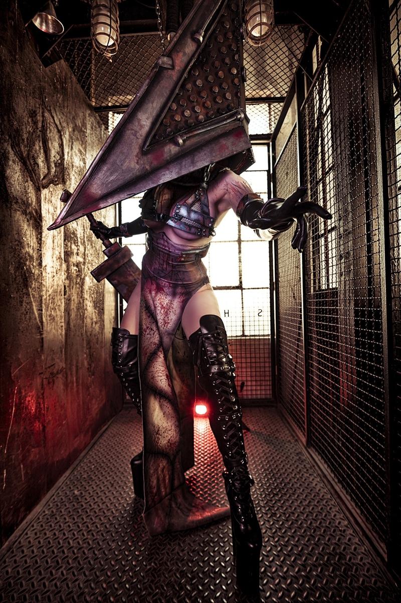 Косплей на Пирамидоголового из Silent Hill. Косплеер: Джессика Нигри. Фото: Мартин Вонг. Источник: instagram.com/jessicanigri