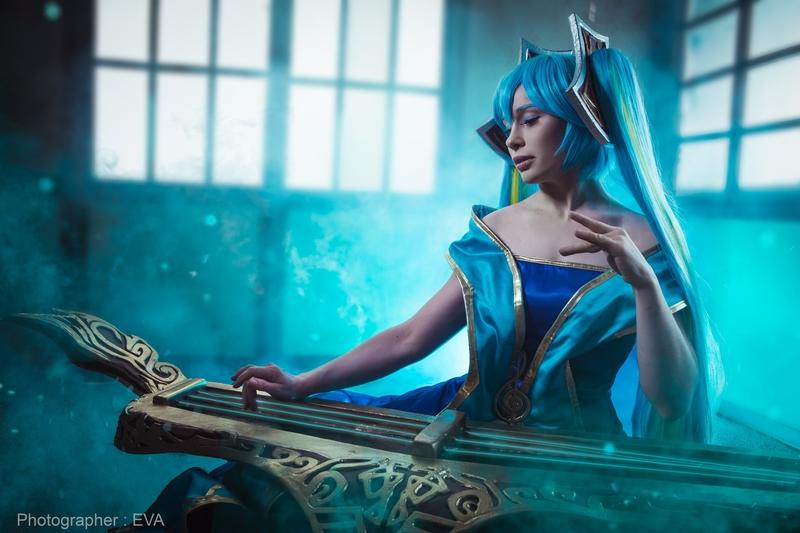 Косплей на Sona из League of Legends. Косплеер: Валерия Арт. Фотограф: Ева Давыдова. Источник: vk.com/eva_cosplay_photo.