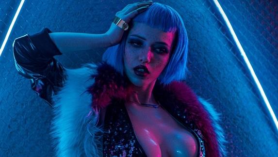 Киберпанк с декольте — косплей на Эвелин Паркер из Cyberpunk 2077