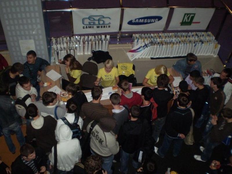 Специальные девочки-помощницы отмечали прибывших игроков и давали им пакеты с подарками