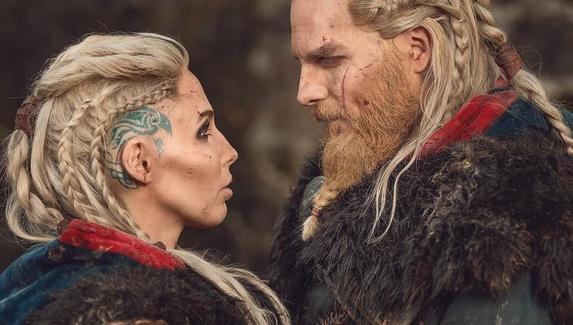 Эйвор мужчина и женщина — косплей на главного героя Assassin's Creed Valhalla