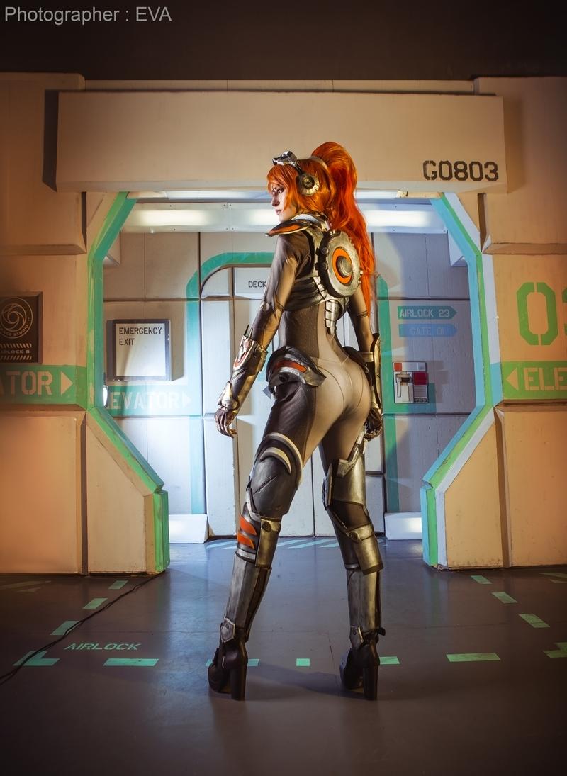 Косплей на Роковую вдову из Overwatch. Косплеер: Юлия Покуса. Фотограф: Ева Давыдова. Источник: vk.com/eva_cosplay_photo