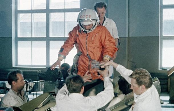 Юрий Гагарин во время подготовки к первому полёту в космос | Фото: ТАСС