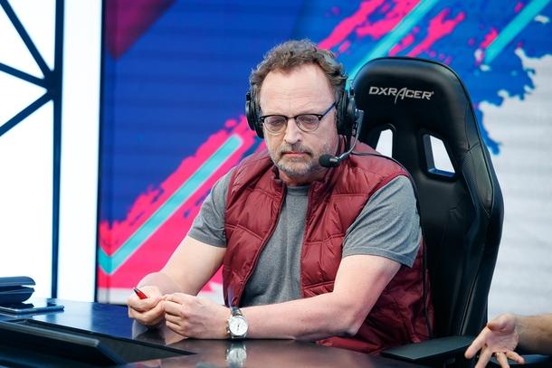 Виктор Гусев следит за игрой. Источник: ФКС России