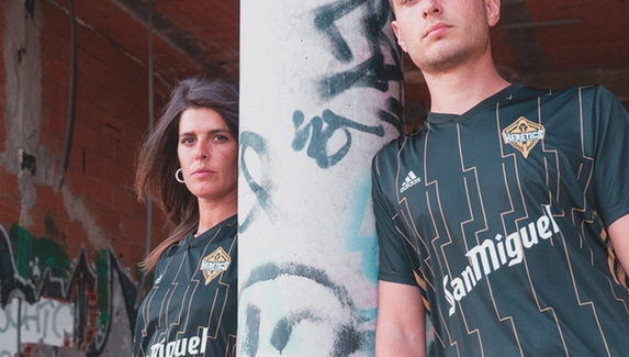 Adidas стала техническим спонсором испанской киберспортивной организации