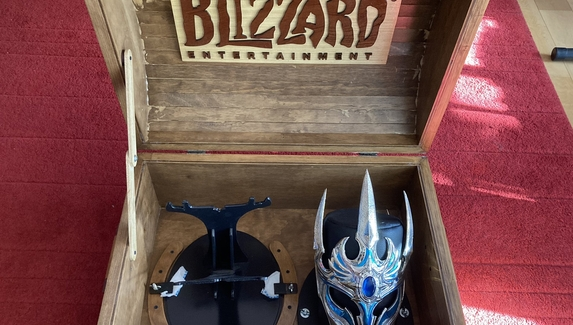 Сотрудник Blizzard показал подарок за 20лет работы в компании