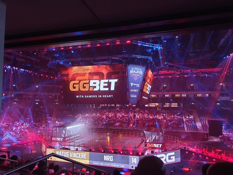 Баннер GGBET на сцене мейджора